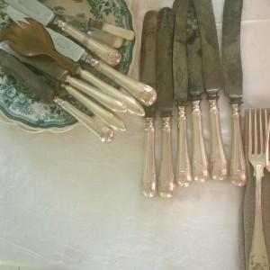 Ett dukat bord med vinglas, silverbestick och linne.