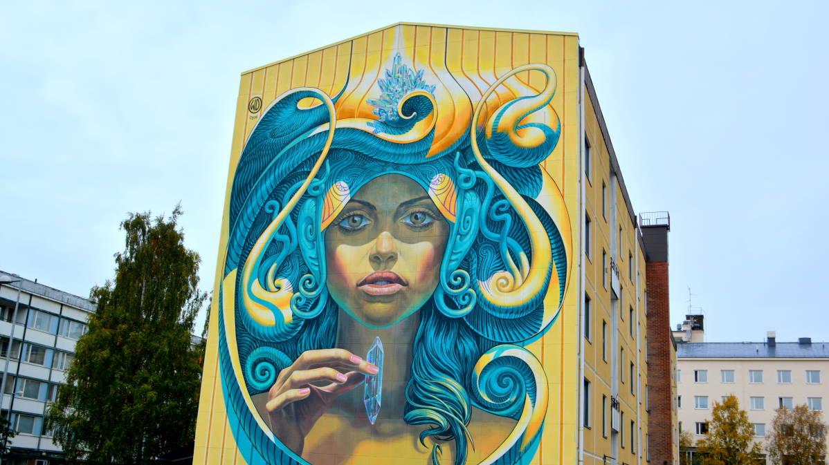Kerrostalon kokoinen maalaus naisesta pysäyttää Kemissä