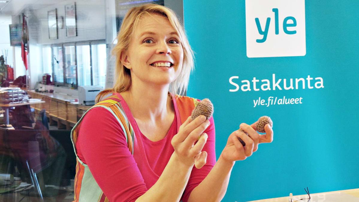 Heli Laaksonen nostaa perunasatoa yleisön kanssa | Yle Uutiset | yle.fi