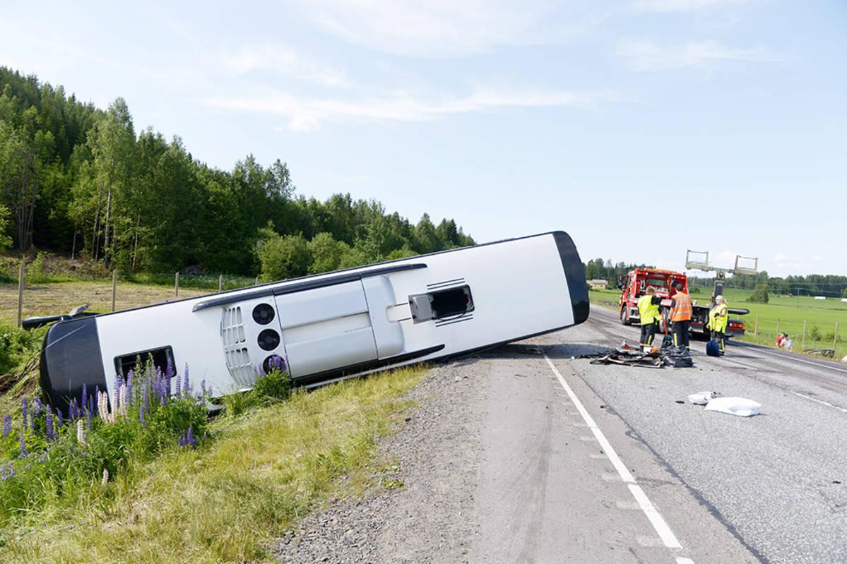 Eläkeläisryhmä bussiturmassa – henkilöauton kuljettaja kuoli, 18 loukkaantui | Yle Uutiset | yle.fi