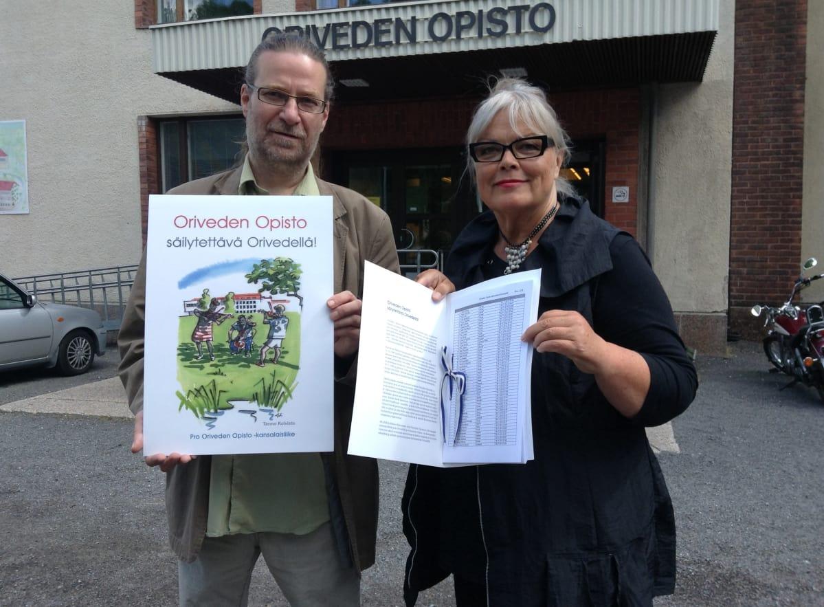 Adressi Oriveden Opiston puolesta luovutettiin Kansanvalistusseuralle   Yle Uutiset   yle.fi