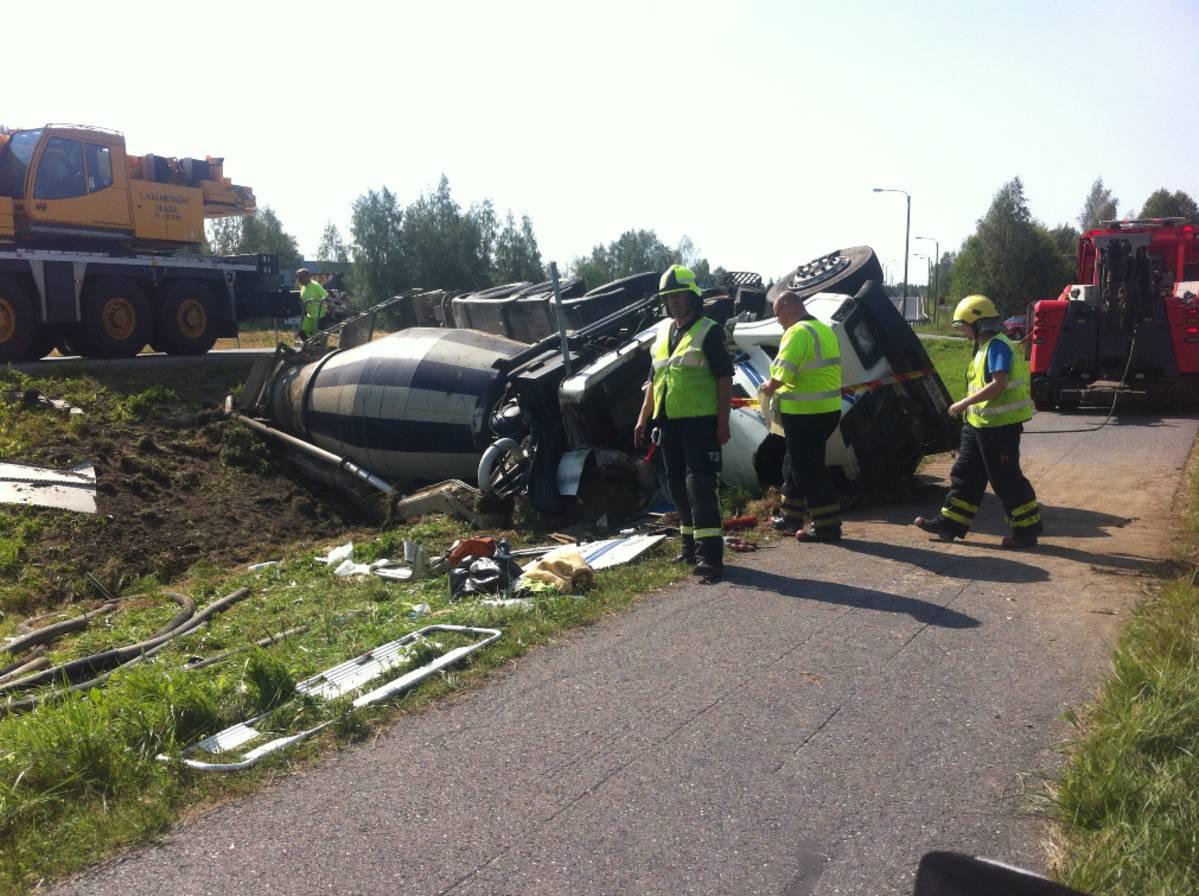 Betoniauto kaatui Tervajoella - kuljettaja loukkaantui vakavasti | Yle Uutiset | yle.fi
