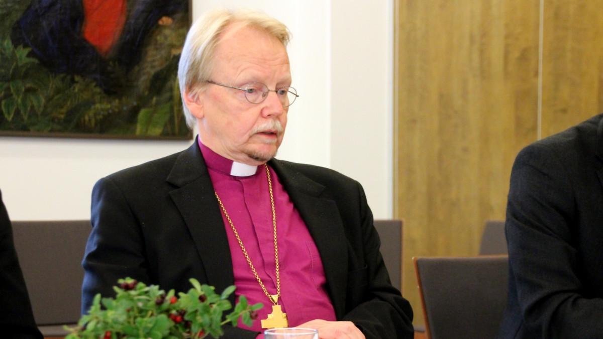 Piispainkokous linjasi: Kirkollisessa vihkimisessä avioliiton osapuolina nainen ja mies | Yle ...
