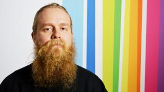 Audio: Vaatesuunnittelija Sasu Kauppia kummastuttaa muodin kiihkeä kausivaihtelu