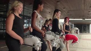 Audio: Teinitytöt etsivät itseään keppihevosilla ratsastaen