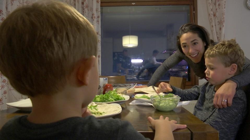 Freestylehiihtäjä Lydia Lassila poikiensa kanssa ruokapöydässä.