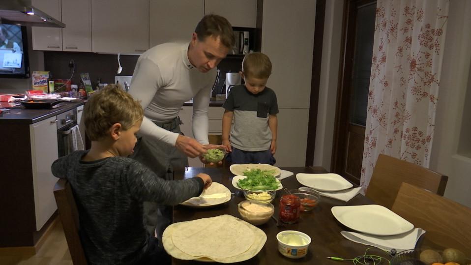 Entinen kumparelaskija Lauri Lassila lastensa Kain ja Alekin kanssa ruokapöydässä.