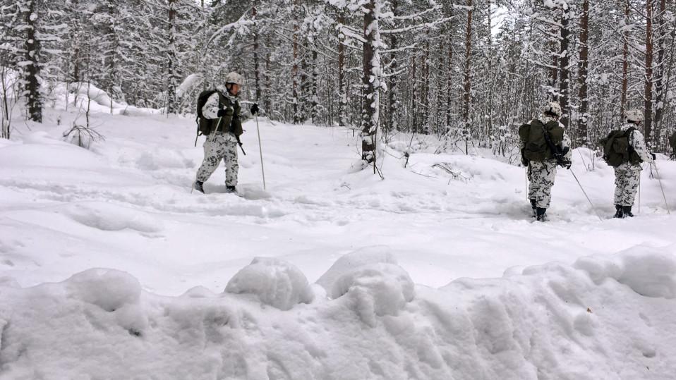 Kainuun prikaatin jääkäreitä hiihtämässä Kuhmon Vuosangassa.