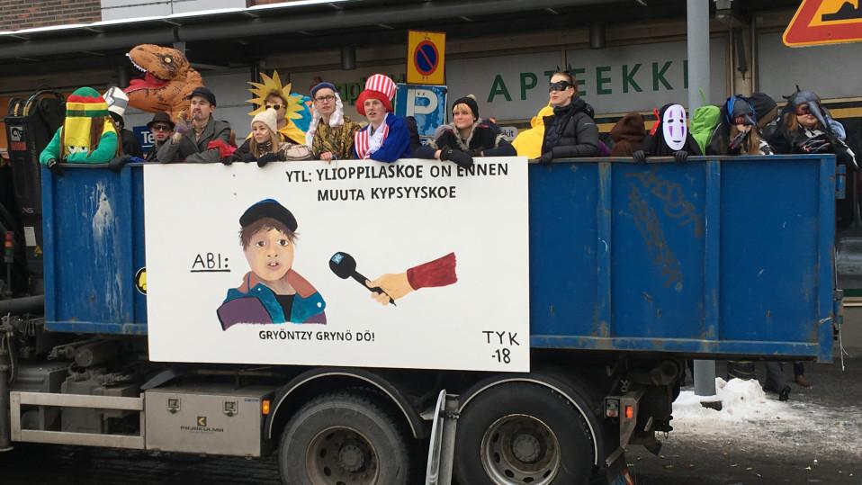 TYK:n penkkarilakana, jossa esiintyy Yle Tampereen somevideosta tuttu Turo