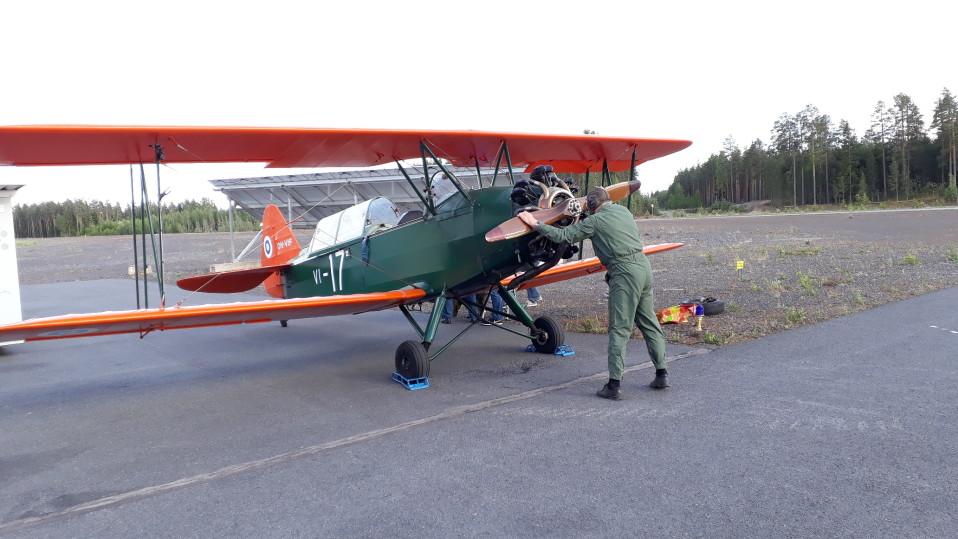 Video: Lentäjäveteraanit kiipesivät ketterästi vanhaan koulutuskoneeseen Vampulassa –