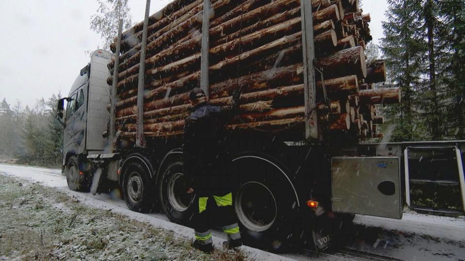 Räntäsade sotkee liikenteen Pohjois-Savossa – 10 rekkaa jumiutui viitostielle
