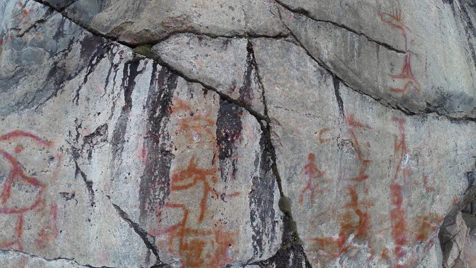 Valokuvaaja otti poikkeuksellisella menetelmällä kuvia kalliomaalauksista – katso videolta, tunnistatko, mitä kuvien maalaukset esittävät: sarvet vai kädet?