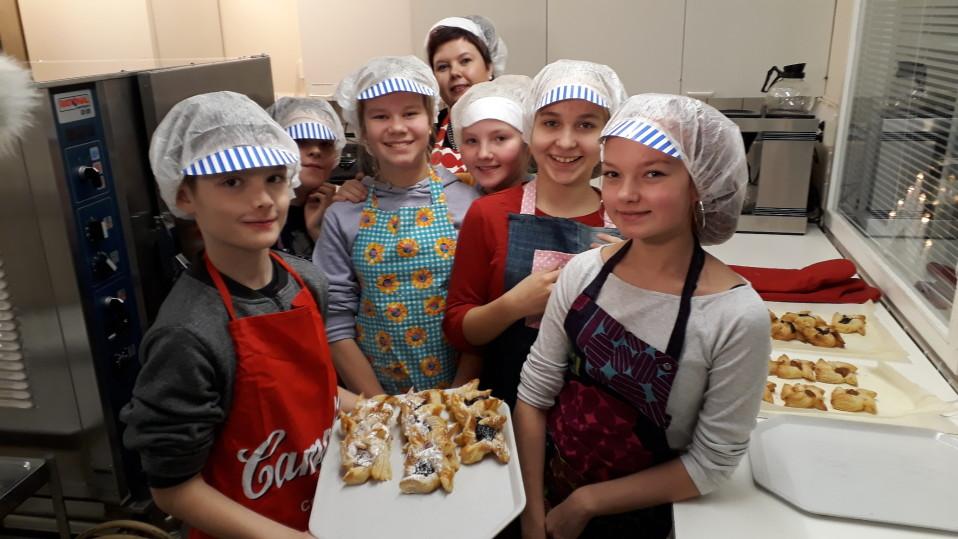 Auran Kirkonkulman koulun oppilaat valmistivat myyjäisiin joulutorttuja.