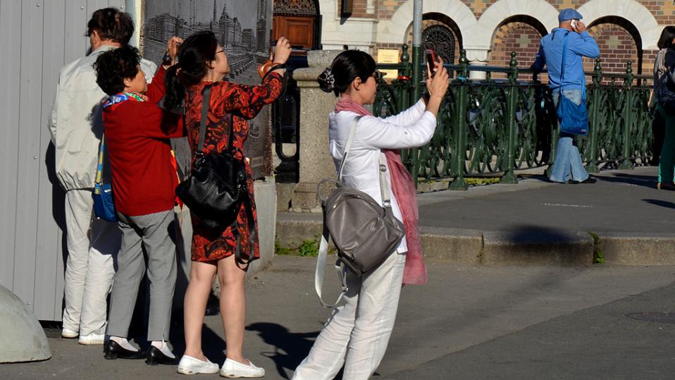 Kiinalaiset turistit ottavat valokuvia.