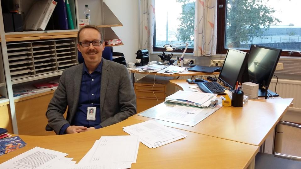 Johtava neuvontainsinööri Olli Sievänen työpöytänsä ääressä.