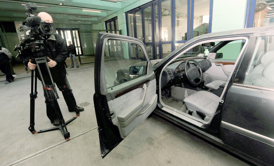 Tiedotusvälineet kuvaavat pokeriturnauksen ryöstössä käytettyä pakoautoa Berliinissä.