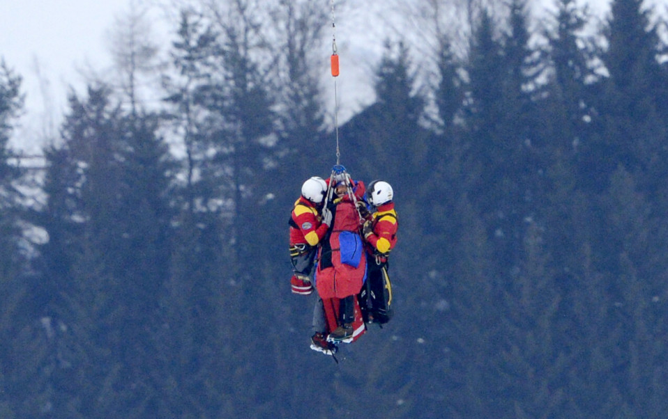 Loukkaantunutta Lindsey Vonnia nostetaan helikopterin kyytiin.