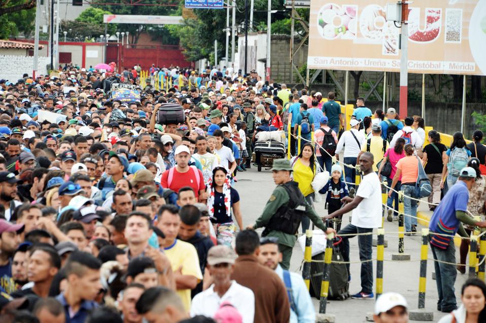 Venezuelalaisia pakolaisia Venezuelan ja Kolumbian välisellä Simon Bolivarin sillalla