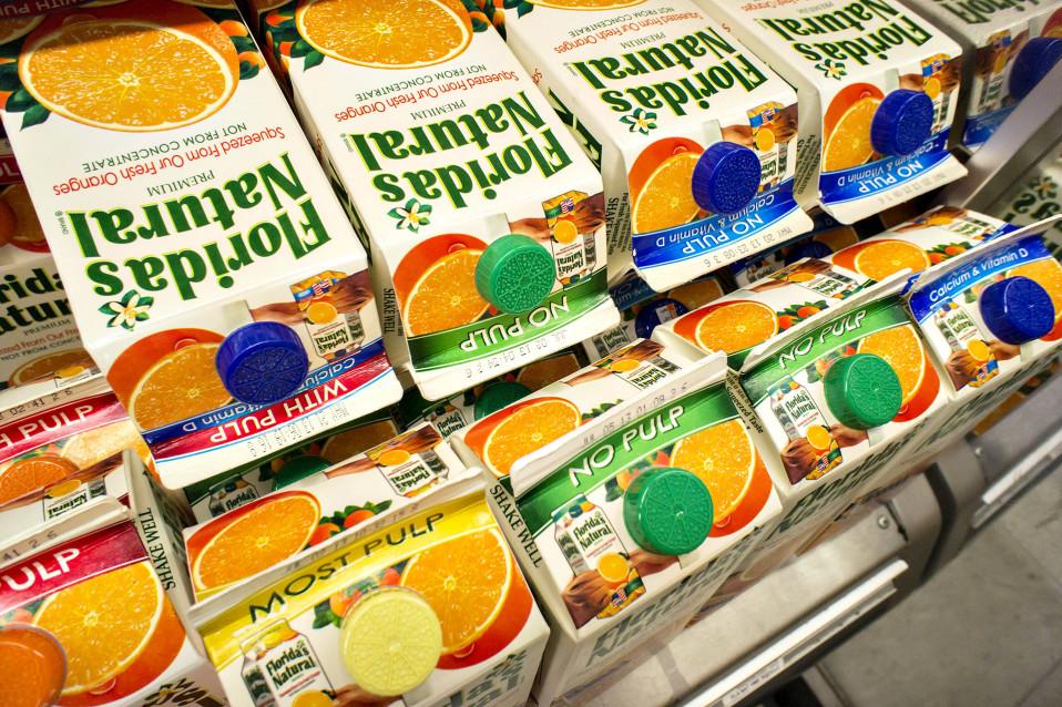 Appelsiinimehua tölkeissä.