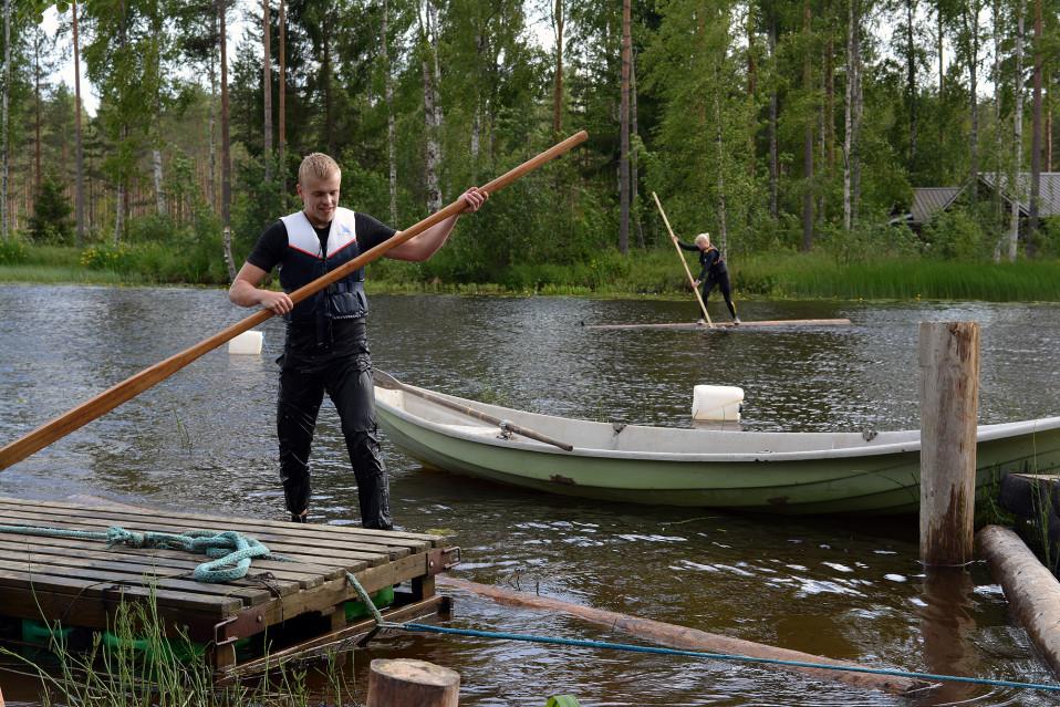 5,5 metrin tukilla tasapainoilu vaatii kanttia - Parikymppiset nuoret löysivät astetta suppailua kovemman action-lajin