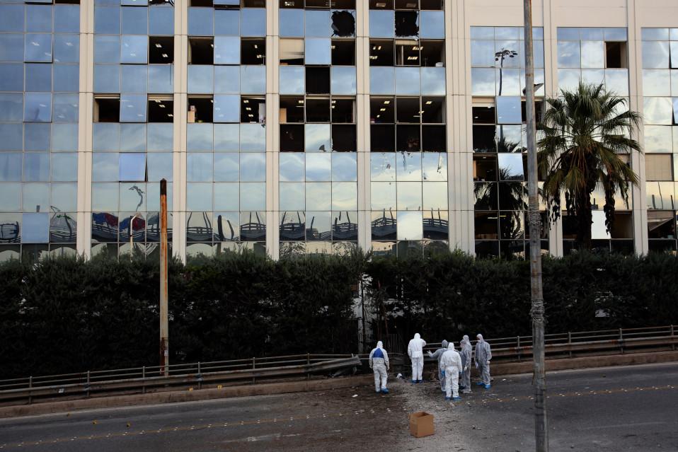 Pommi-isku vaurioitti rakennuksen lasista julkisivua, mutta tilat ehdittiin evakuoida ennen räjähdystä.
