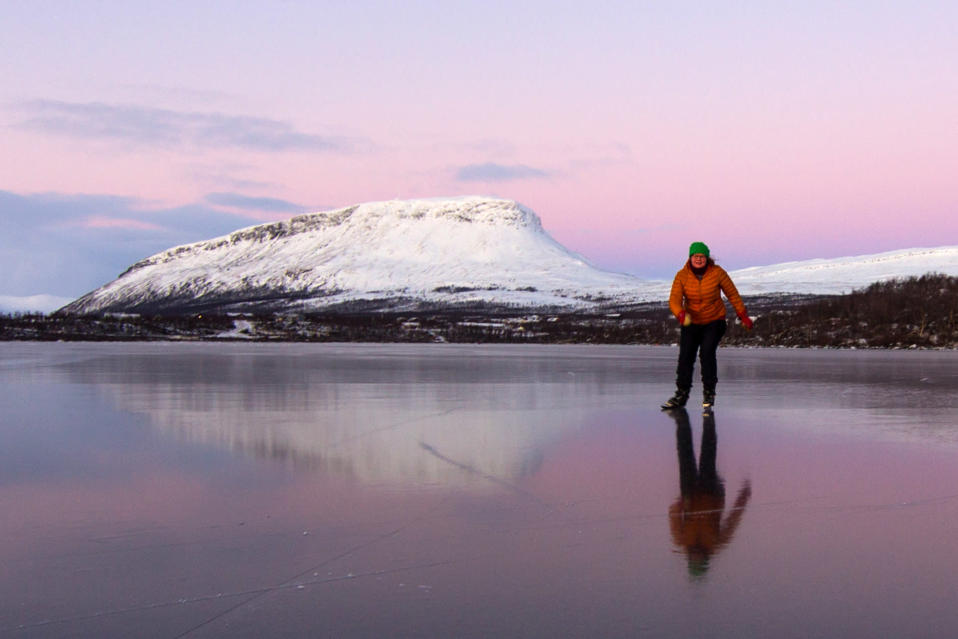 Hanne Junnilainen luistelee Kilpisjärven jäällä Saana taustanaan.