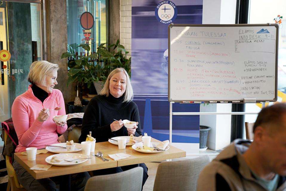 Hotelli Seolimin kahvilasta on tullut suomalaisten aamiaistila. Taululla on päivän ohjema.