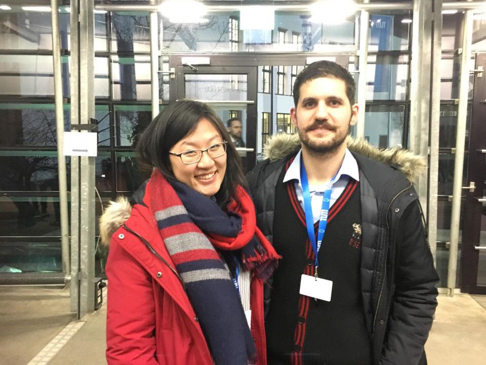 Julia Wang ja Okyanos Paksoy saapuivat torstaina kuuntelemaan Google-pomo Eric Schmidtin puhetta.