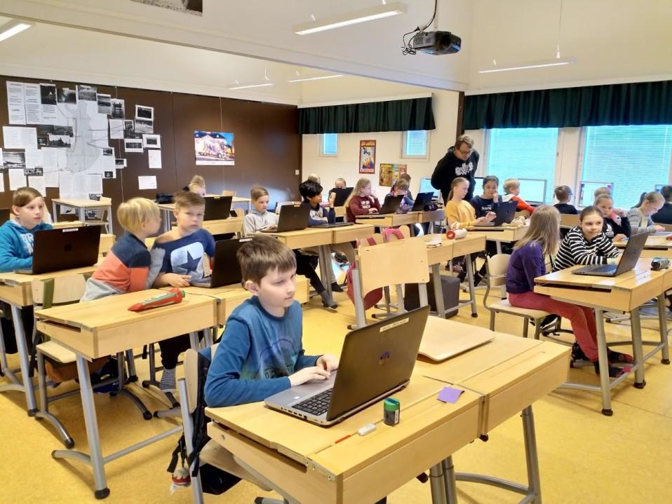 Suomessa on kouluja, joissa yli 10 oppilasta käyttää yhtä konetta – katso oman kuntasi tilanne