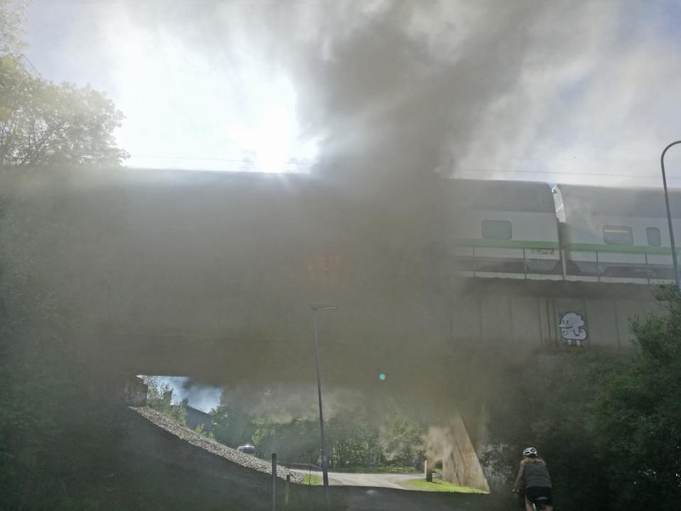 Dramaattinen hetki: tulipalo roihusi junan alla ja liikennevalo näytti punaista