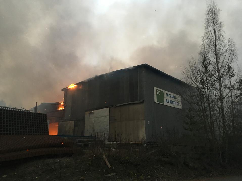 Video: Liekit löivät läpi tehtaan katon Kangasalla – yritys:
