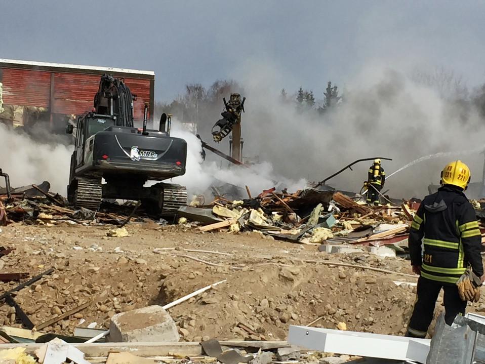 koulun rauniot ja palomiehiä