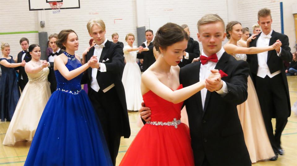 Kemin lukiolaisia tanssimassa Karihaaran koululla.