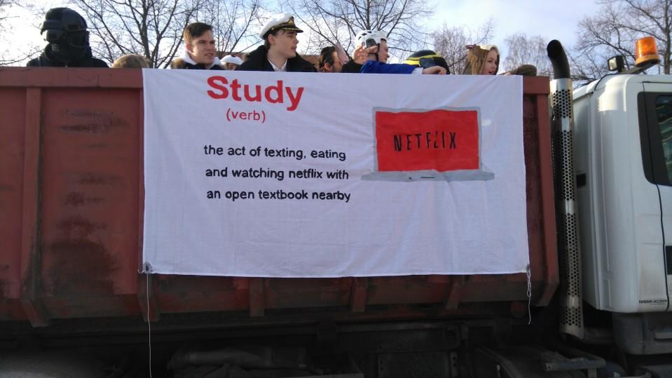 Kotkalaisessa penkkarilakanassa viitataan Netflixiin