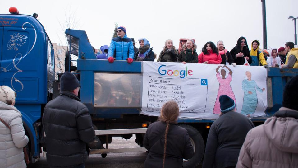 Lahden Steiner-lukion abien riehaa penkkareissa 2018.