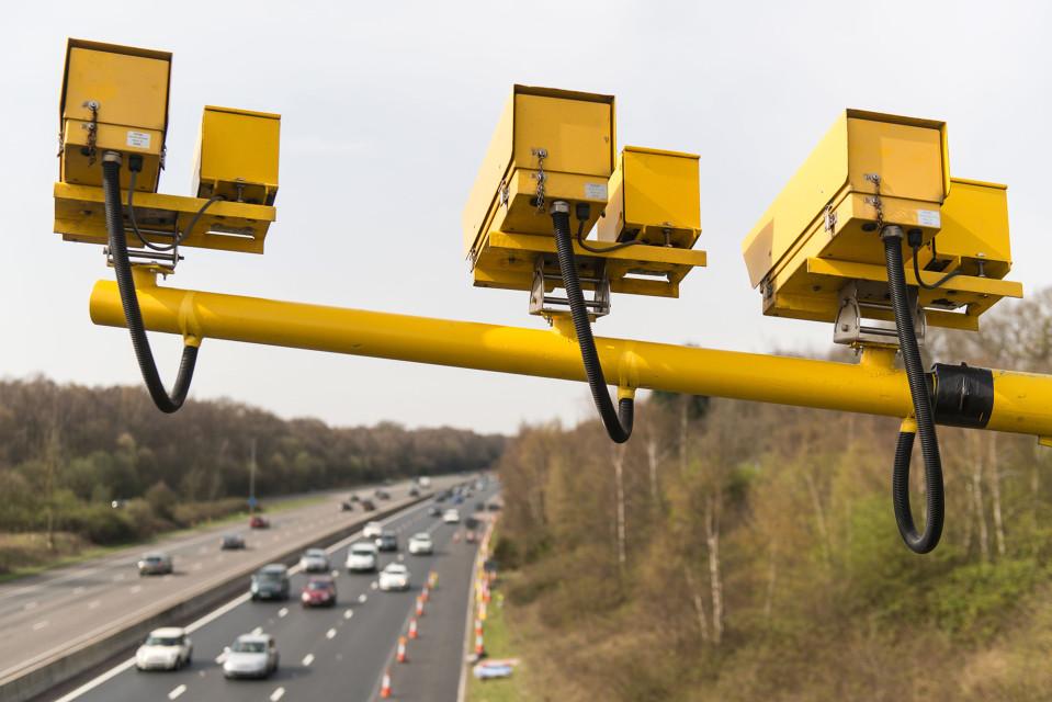 Nopeusvalvontakameroita moottoritien päällä.