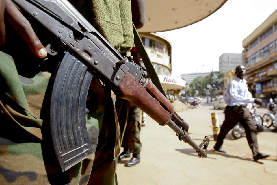 Ugandalainen poliisi ase kädessään Kampalassa