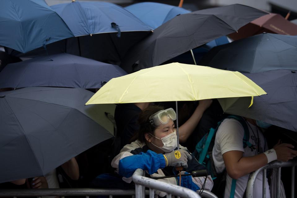 Protestoijat kokoontuivat alueparlamentin eteen Hongkongissa.