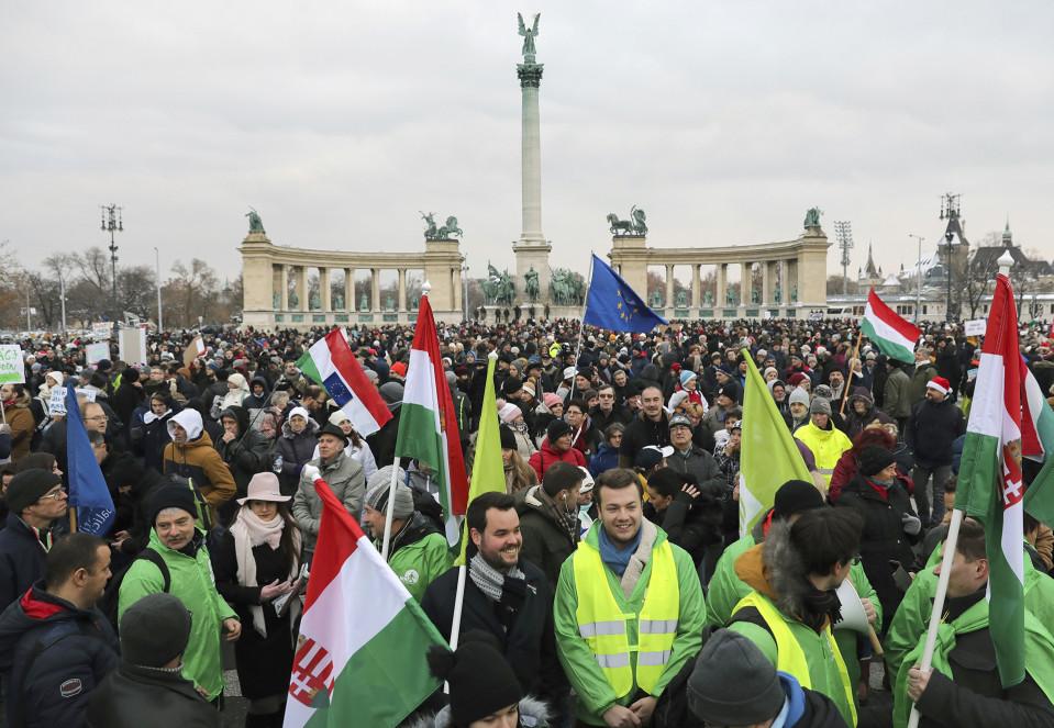 mielenosoittajia aukiolla