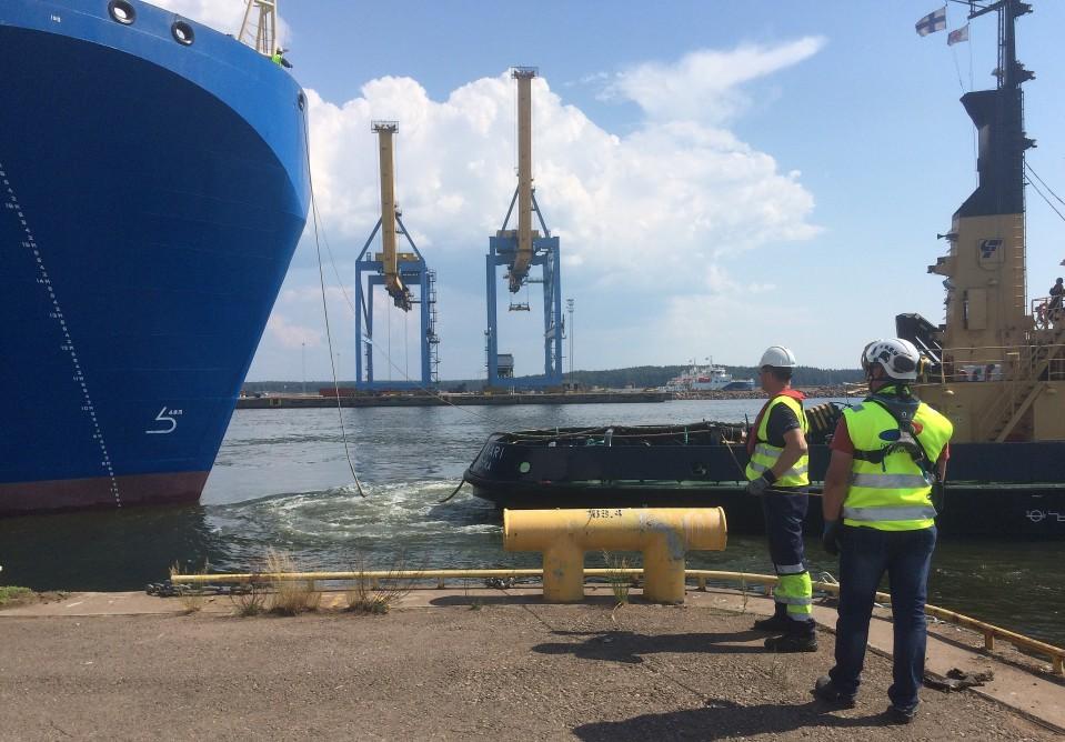Kerrostalon kokoisia öljyteollisuuden osia alkoi tulla Suomeen – katso video jättilaivan saapumisesta