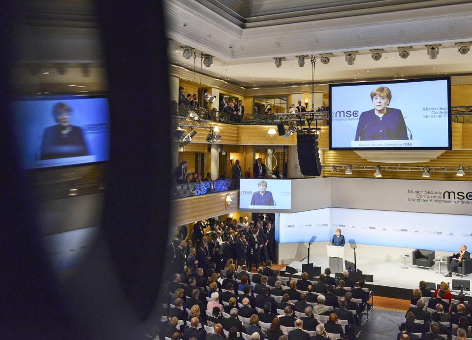 Angela Merkel puhuu München turvallisuuskokouksessa.