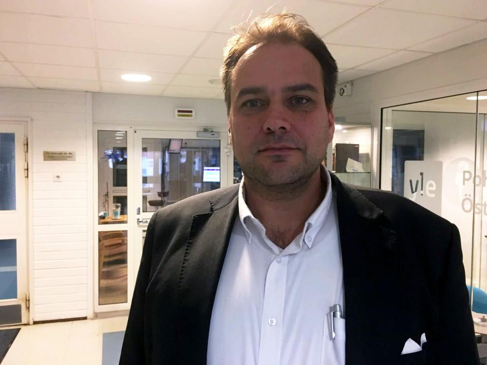 Turkiseläinten kasvattajainliiton tiedotuspäällikkö Steven Frostdahl Vaasan toimipisteestä pitää alan omavalvontaa tehokkaana.