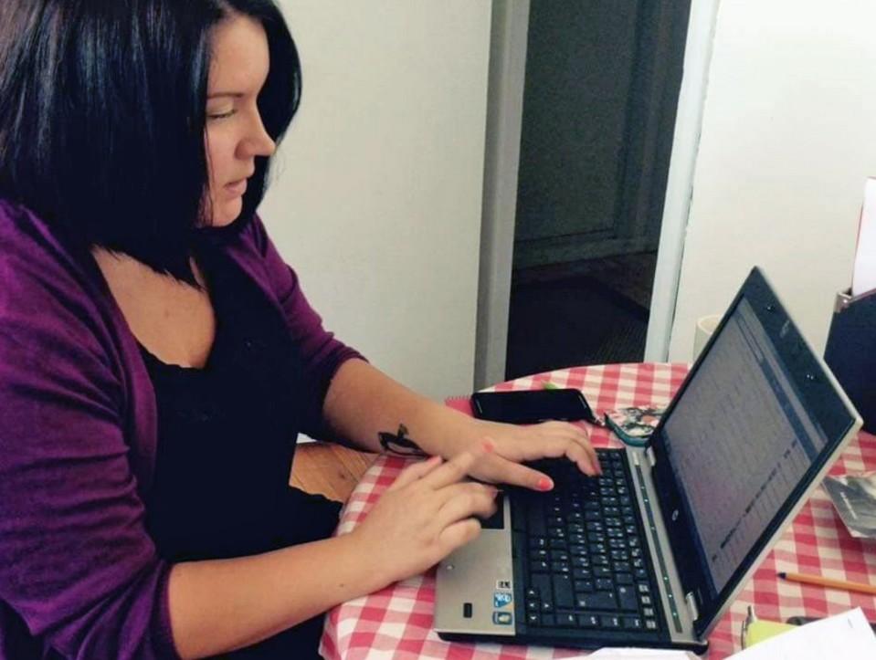 Jenna tietokoneella