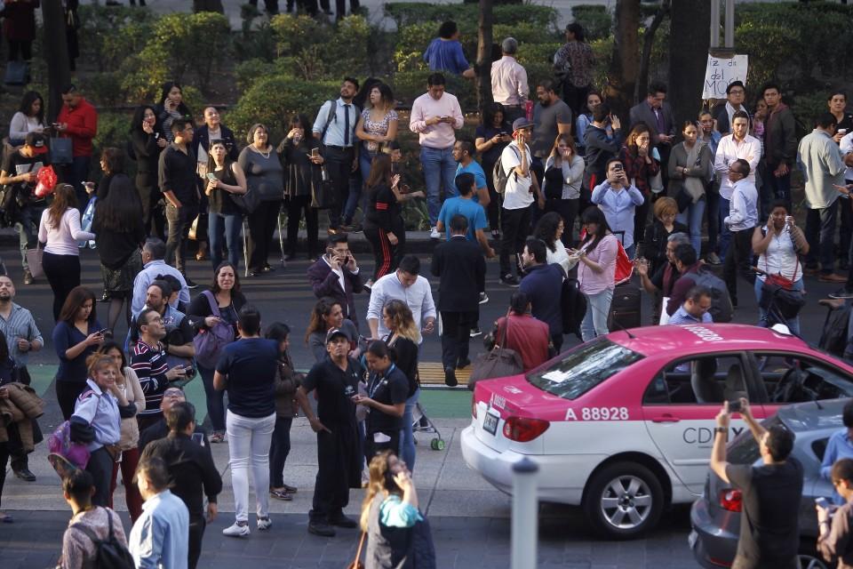 Ihmisiä ulkona kauppakeskuksen evakuoinnin jälkeen Méxicossa, kun maanjäristys ravisutti rakennuksia myös pääkaupungissa.