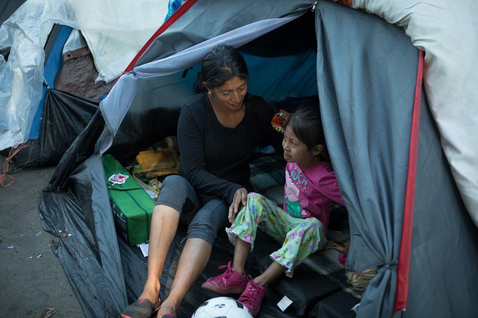Hondurasilainen Elva Galdamoz Aguilai asuu teltassa kolmen lapsensa kanssa. Kuvassa tytär Nazaret, 6 vuotta.