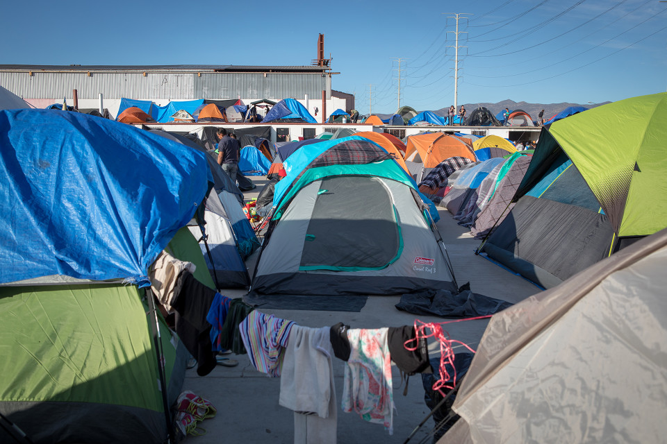 Siirtolaiskaravaanin leiri on siirretty uuteen lokaatioon, kauemmaksi rajasta.