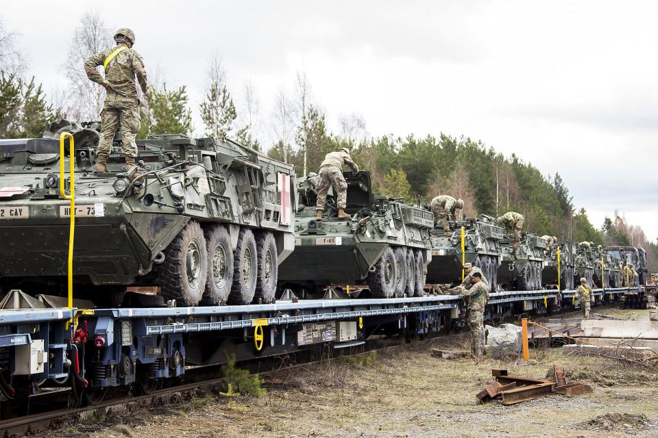 Stryker -miehistönkuljetusvaunuja puretaan kuljetuslavetilta.