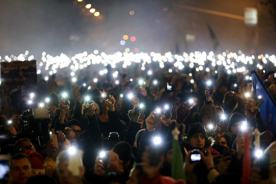 satoja mielenosoittajia kännykät kädessä