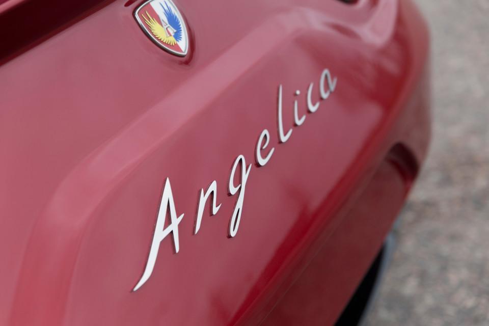 Angelican logo auton perässä.