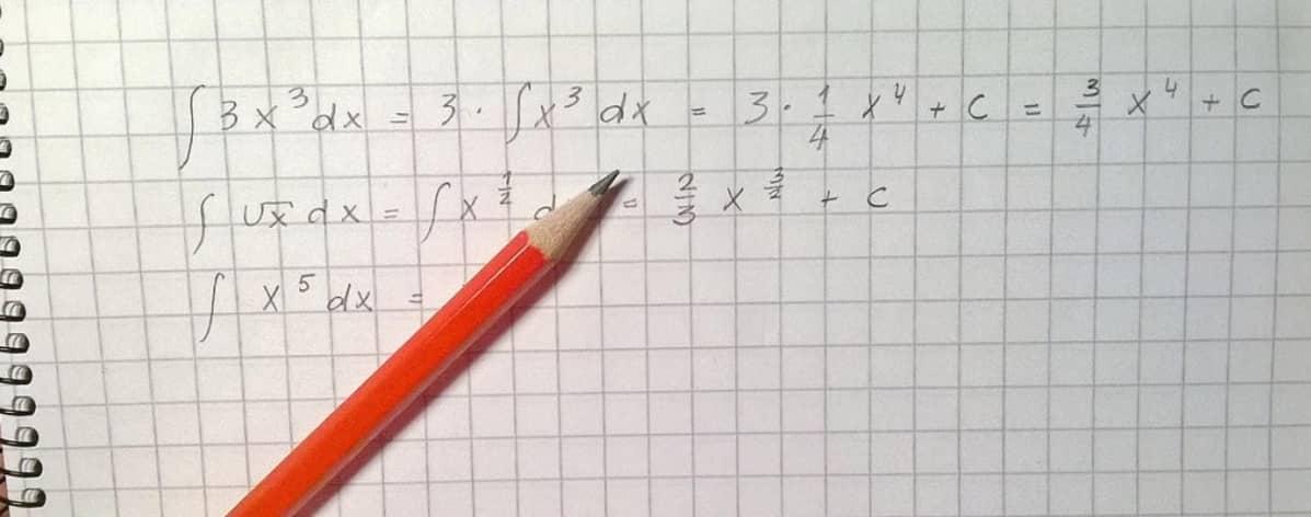 Matemaattisia yhtälöitä ruutupaperilla.